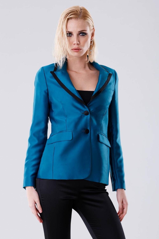 Giacca azzurra con bavero decorato