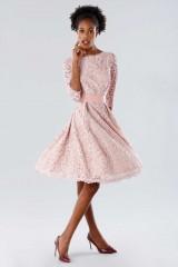 Drexcode - Abito in pizzo rosa con cintura removibile - Daphne - Noleggio - 1