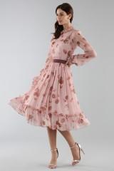 Drexcode - Abito rosa con fantasia floreale e rouches - Luisa Beccaria - Noleggio - 4