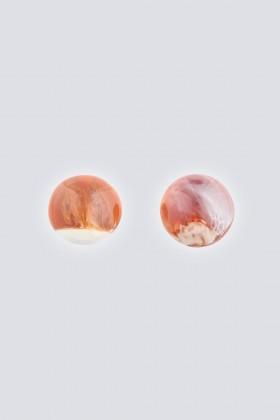 Orecchini in resina marrone - Sharra Pagano - Noleggio Drexcode - 2