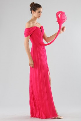 Abito fucsia off-shoulder con spaccoCristallini