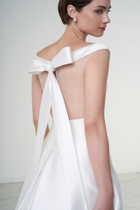 Abito da sposa off shoulder con fascia in vita - Peter Langner - Noleggio Drexcode - 1