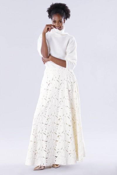 Completo bianco con gonna e maglione in cachemire