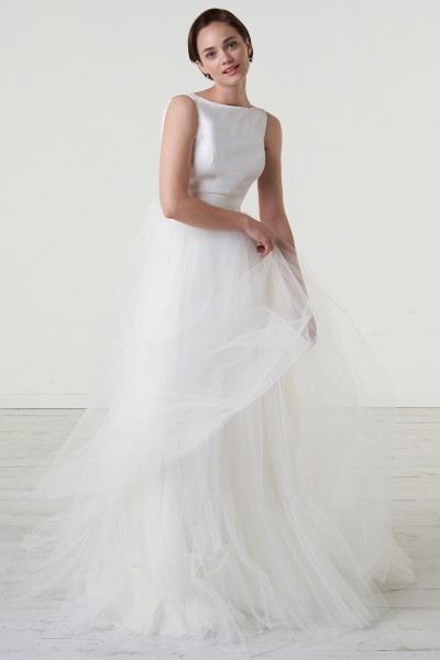Abito da sposa con gonna in tulle e scollo a barca