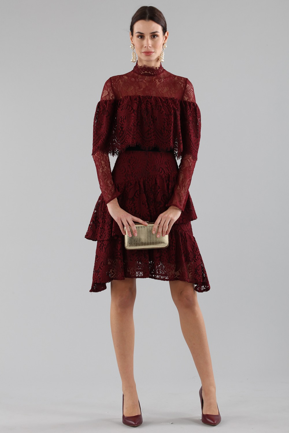 Short burgundy dress with flounces and cape sleeves