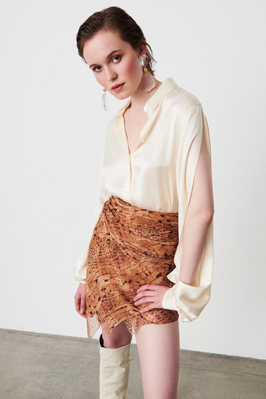 Completo camicia e minigonna asimmetrica