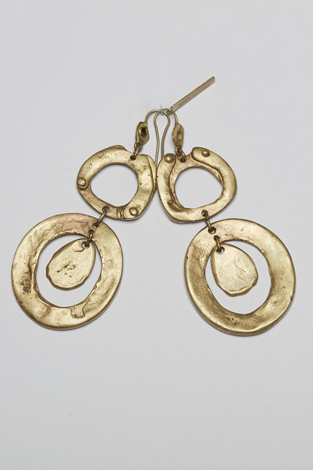 Round earrings with pendant
