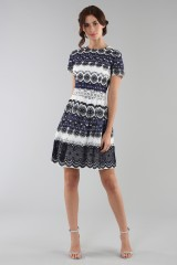 Drexcode - Short dress in blue and white lace - ML - Monique Lhuillier - Rent - 2
