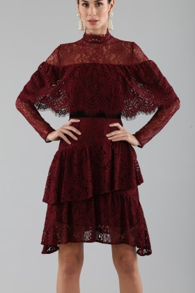 Short burgundy dress with ruffles and cape sleeves - Perseverance - Rent Drexcode - 2