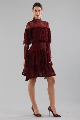 Short burgundy dress with ruffles and cape sleeves - Perseverance - Rent Drexcode - 1