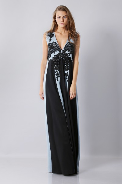 Floor-length dress with v-neck and embroideries